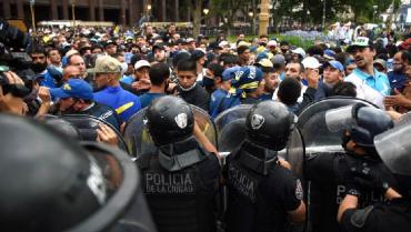 Incidentes entre hinchas y policías en el velorio de Maradona