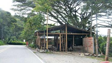Suspendida obra de construcción irregular en ladera de Río Verde
