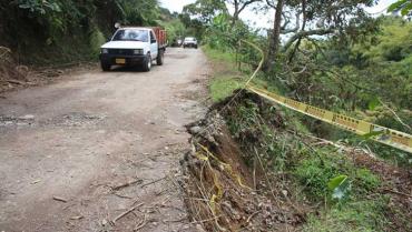 Tras 20 años de pedir arreglo de vía La Pola,  residentes tomaron medidas más contundentes