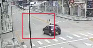 En video, peatones buscan ser atropellados para robar a conductores