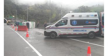 Camión se volcó metros antes de la entrada del túnel de La Línea