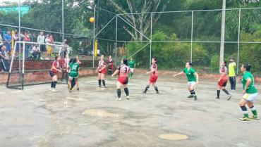 En el barrio Cooperativo se fomenta la práctica del fútbol femenino