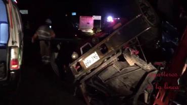 Conductor herido y atrapado en la cabina de un tractocamión