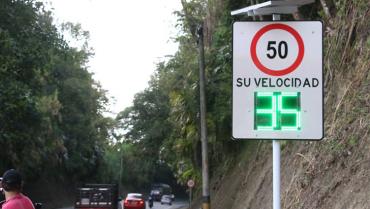 Tablero de velocidad en vía Armenia-Montenegro, para generar conciencia