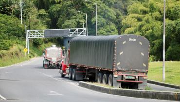 Muchos peajes y muy caros, el reclamo de los camioneros