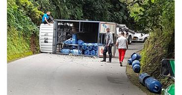 Carro transportador de pipetas de gas se volcó en Salento