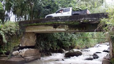 Vías y puentes quindianos amenazados por la intensidad de las lluvias