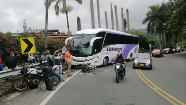 Motociclista sobrevivió a aparatoso accidente de tránsito con un bus interdepartamental