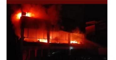 Fábrica de colchones consumida por las llamas
