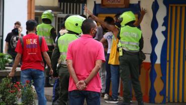 Colectivo defensor de los manifestantes a la espera de la aparición de un ciudadano