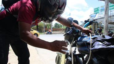 Venta informal de gasolina oportunismo y necesidad