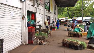 En tiendas y graneros de barrio hay lo que ya no se encuentra en algunos supermercados
