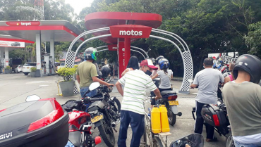 Combustible hay, pero siguen las largas filas en las estaciones