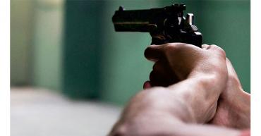 Golpeó y amenazó a su pareja con una pistola