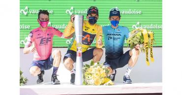 Urán sube al podio como subcampeón de la Vuelta a Suiza ganada por Carapaz