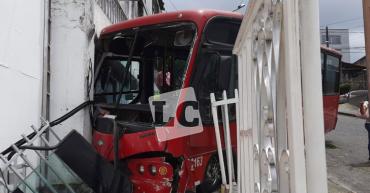Susto por bus Tinto que colisionó contra una vivienda