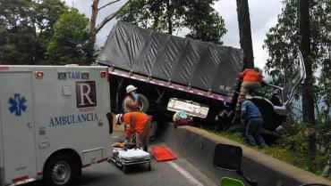 Accidente de tránsito deja un conductor atrapado en La Línea