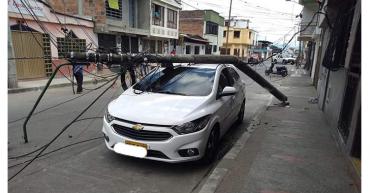 Gran susto por caída de poste sobre un vehículo en Calarcá
