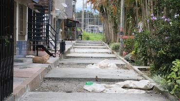 en-el-barrio-los-andes-vecinos-con-pico-y-pala-pavimentaron-su-propia-calle