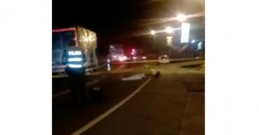 Una persona murió en accidente con tractocamión, investigan si fue suicidio