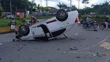 Vehículo terminó volcado en la glorieta Malibú tras siniestro vial