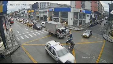 Patrulla de la Policía arrolló 2 motociclistas