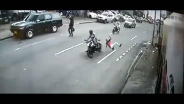 Peatón arrollado por motociclista se debate entre la vida y la muerte