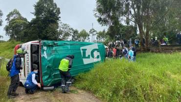 6 lesionados por volcamiento de bus público