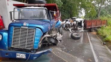 Impresionante choque de volqueta y camión